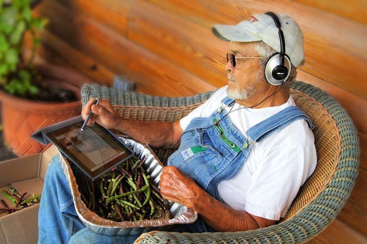 Petani yang Menggunakan Gadget untuk Pertanian