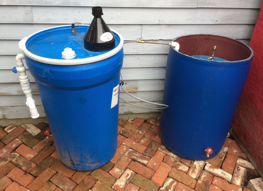 Digester, yang terhubung ke penampung biogas