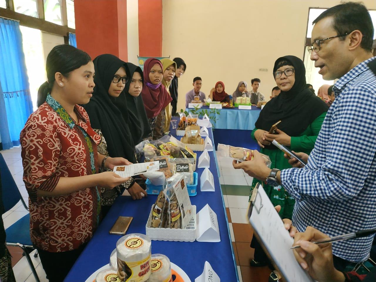 Founder Pak Tani Digital Mahendra Sitepu Mengunjungi Stand di Polbangtan Yogyakarta