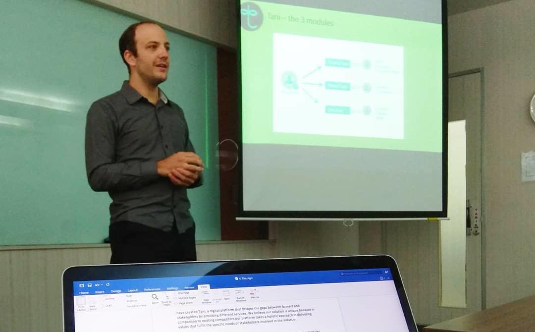 Mahasiswa Mempresentasikan Model Bisnis - MM UI Pak Tani Digital Goes to Campus