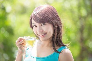 ilustrasi orang minum teh hijau