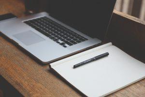 ilustrasi laptop dan sebuah buku