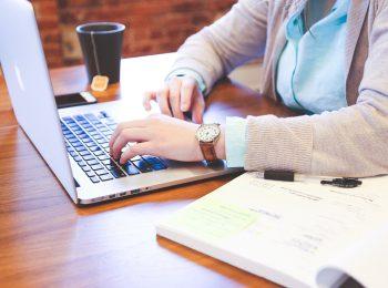 ilustrasi orang dengan laptop